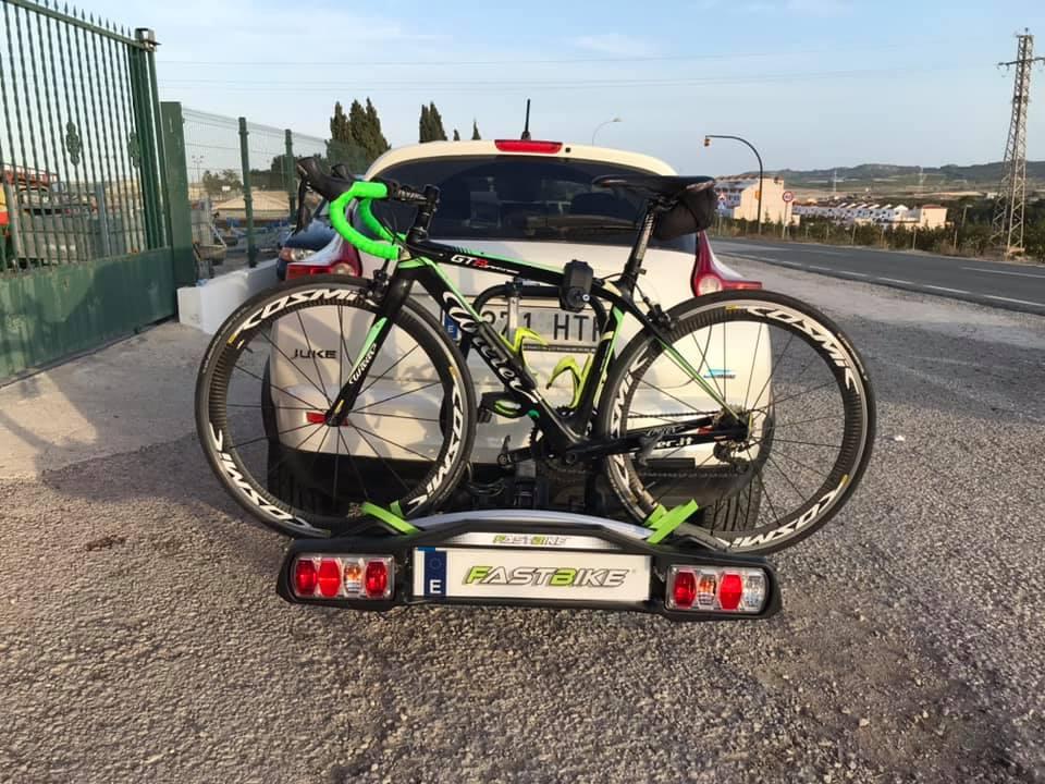 Porta bicicletas FastBike 2 montado en un vehículo Nissan Juke. Vista frontal