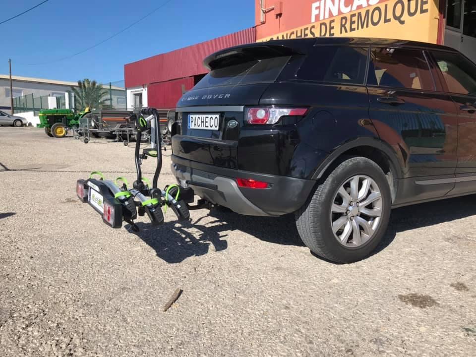 Portabicicletas Fastbike 3 bien sujeto y seguro enganchado a la parte trasera de un Range Rover Evoque.