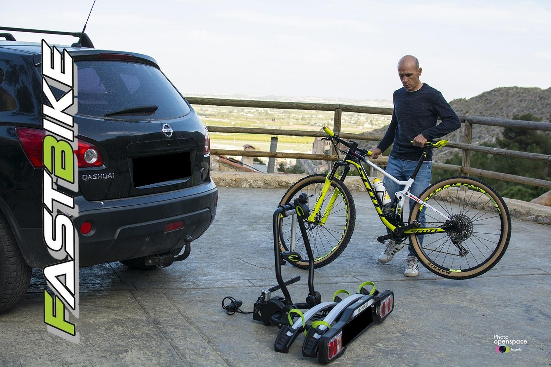 Vehículo, portabicicletas Fastbike y bicicleta. Ciclismo para disfrutar.