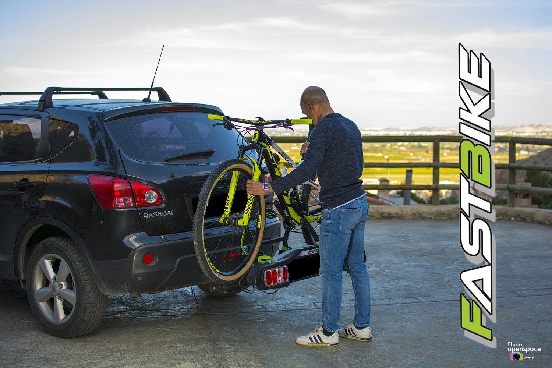 Levantamos la bici para colocarla sobre el portabicicletas Fastbike.